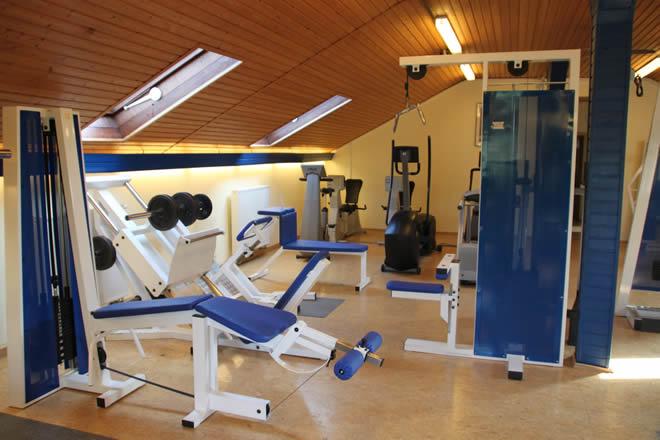 Trainieren im Fitness-Studio im Sportheim