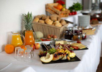 Neben Wurst und Käse gibt es natürlich auch Obst beim Frühstücksbuffet.